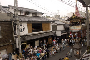 Some sections of the procession look like the festival did 100 years ago. This is Shinmachi street, north of Takoyakushi Street..